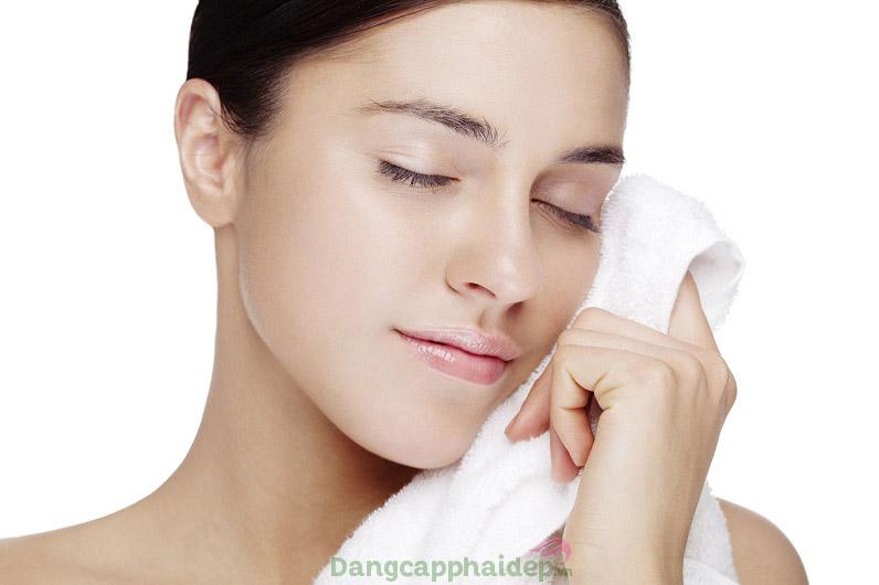Dễ dàng sử dụng sữa rửa mặt vì có thể lau khô bằng khăn giấy