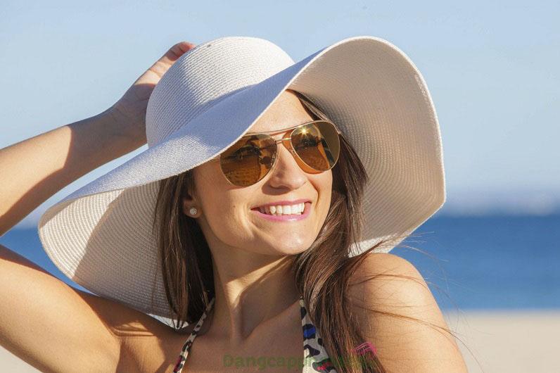 Luôn luôn mang theo nón rộng vành, kính râm...là mẹo hay để chống nắng khi du lịch.