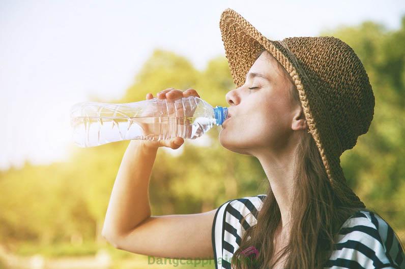 Uống nước thường xuyên