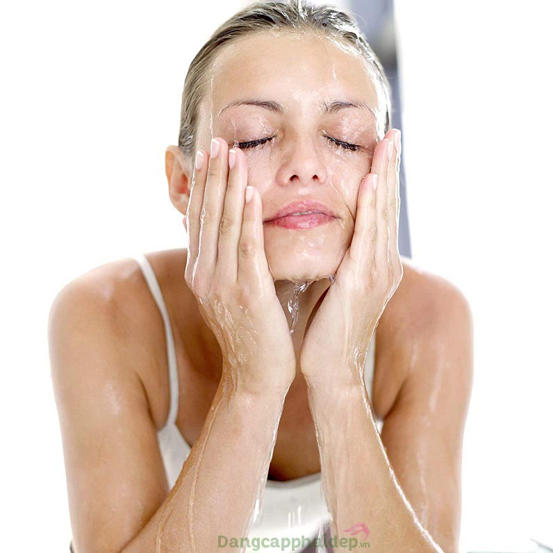 Sữa rửa mặt lấy sạch bụi bẩn, bã nhờn và cả tế bào chết tồn động trong lỗ chân lông