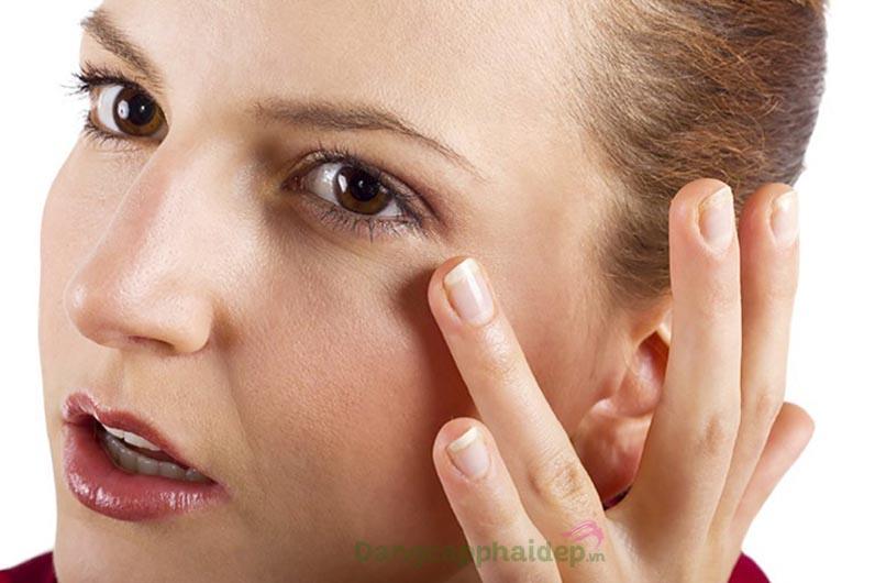 """Đôi mắt thâm quầng, có nhiều nếp nhăn sẽ """"tố giác"""" tuổi tác."""