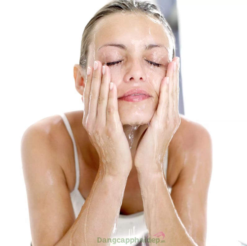 Làm sạch da mỗi ngày với sữa rửa mặt là bước chăm sóc da không thể bỏ qua