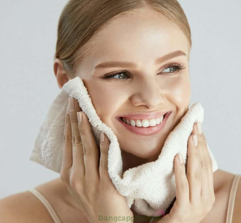 Da sạch mịn tinh khiết sau bước làm sạch với Exuviance Purifying Cleansing Gel