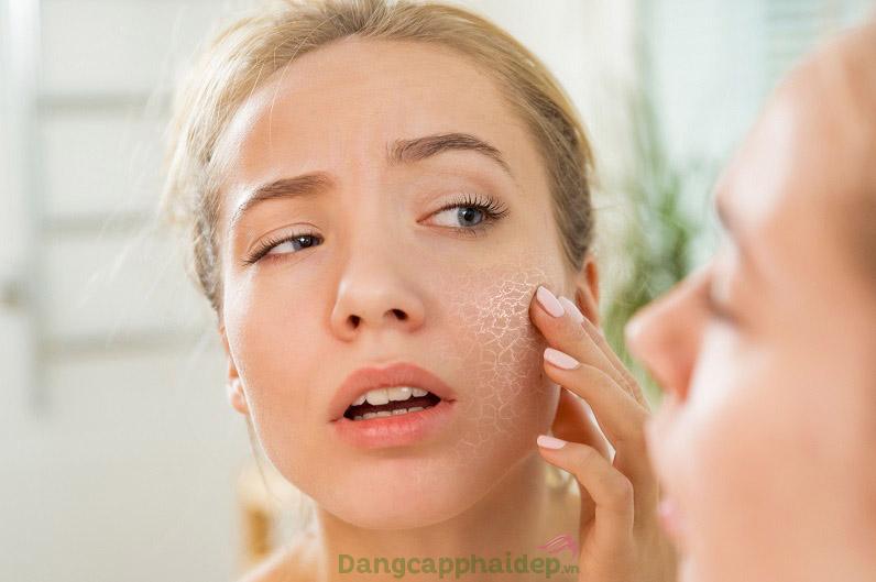 Da khô nứt là biểu hiện của việc thiếu ẩm, mất nước trên da