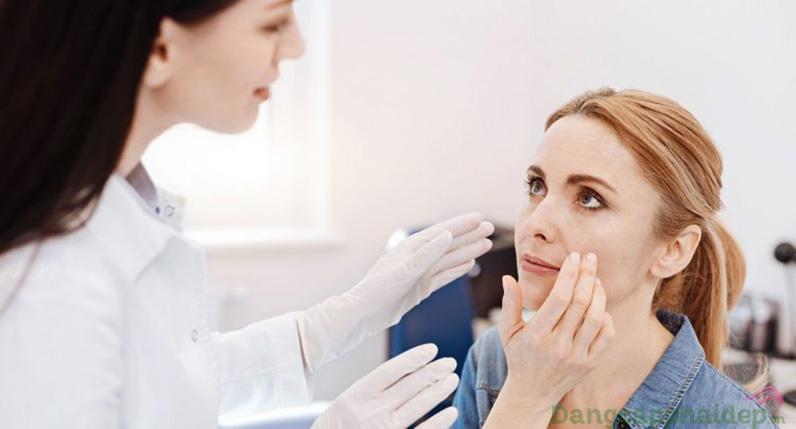 """Nên đến bác sĩ da liễu để biết vấn đề của da và đầu tư """"chăm sóc da chuyên nghiệp""""."""