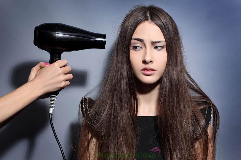 Hạn chế sấy tóc là một trong 8 mẹo chăm sóc tóc mùa hè giúp ngăn ngừa tóc khô xơ, hư tổn