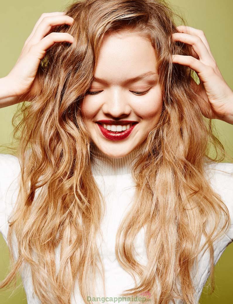 Mẹo chăm sóc tóc xoăn bóng mượt là chải tóc bằng tay hoặc dùng lược răng rộng