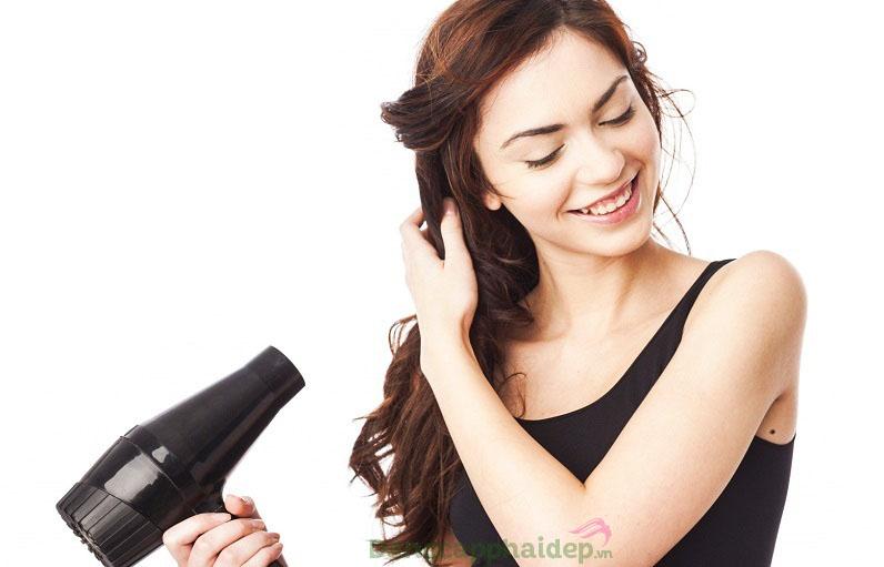 Hạn chế sử dụng máy sấy, máy uốn với nhiệt độ quá cao để khắc phục tóc hư tổn hiệu quả