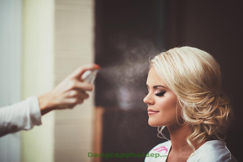 Cách sử dụng xịt khoáng trang điểm đúng nhất giúp giữ lớp makeup bền đẹp