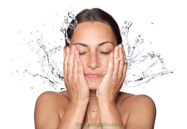 Rửa mặt làm sạch da là một trong những bước chăm sóc da cơ bản không thể bỏ qua