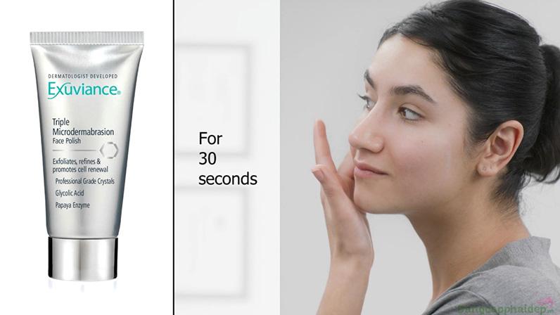 Massage theo vòng tròn trong 30 giây và để yên 2 phút, rửa sạch với nước ấm.