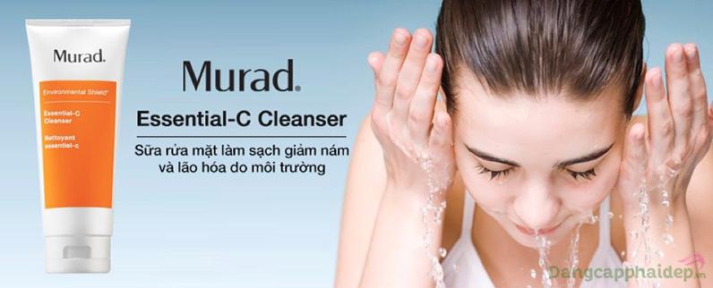 Murad Essential-C Cleanser hút sạch bụi bẩn cho làn da sau ngày dài tiếp xúc với các yếu tố độc hại của môi trường.