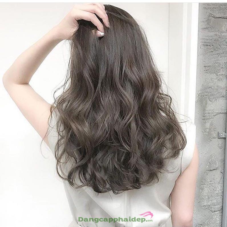 tạo kiểu tóc xoăn.