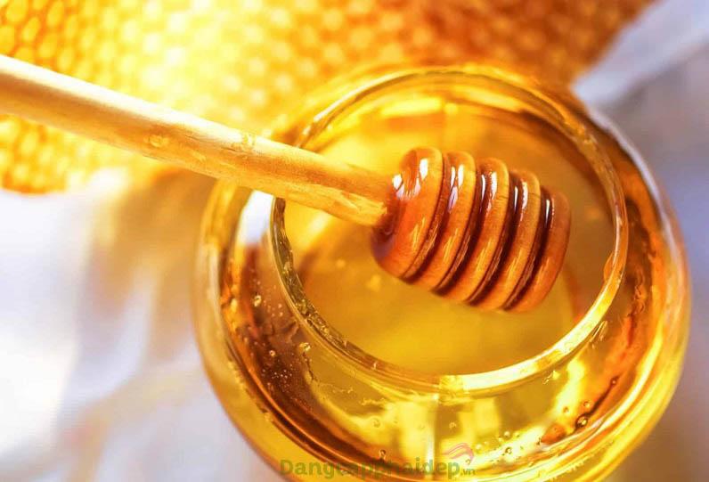 Mật ong giúp kháng viêm, dưỡng ẩm rất tốt cho da