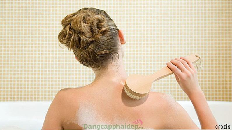 Thông thường viêm nang lông là do chúng ta không làm sạch sâu tẩy tế bào chết khiến chân lông tắc nghẽn.