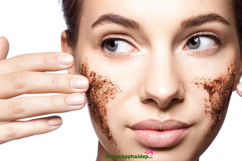 Sử dụng tẩy da chết vật lý 1-2 lần/tuần để làm sạch sâu da.