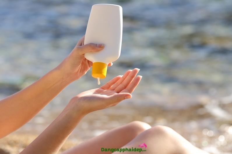 Bôi kem chống nắng để bảo vệ da và ngăn ngừa mụn.