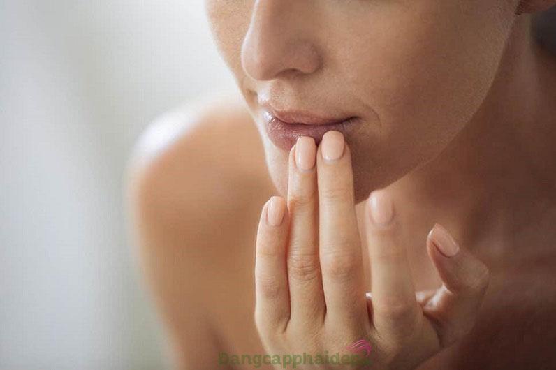 Đôi môi thâm sạm, khô nhăn do chịu tác động gây hại từ ánh nắng mặt trời