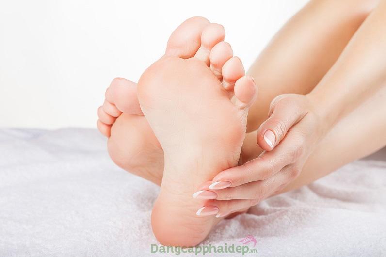 Bôi gel dưỡng vào buổi sáng và tối hoặc bất cứ khi nào chân bị tê mỏi...