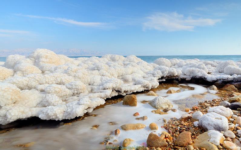 Muối biển có chứa đến 80% natri clorua và 20% các khoáng chất rất tốt cho da.