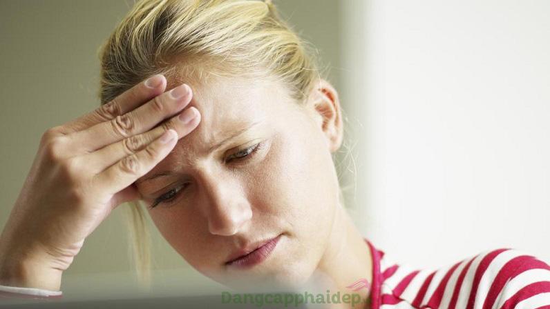 Stress hay lo âu kéo dài là một trong những nguyên nhân khiến lông mày rụng, thưa thớt