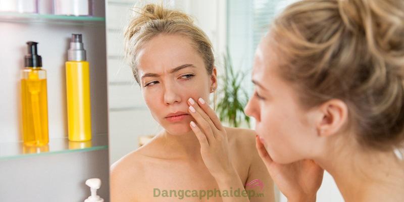 Không làm sạch da là 1 trong những nguyên nhân sinh mụn ẩn