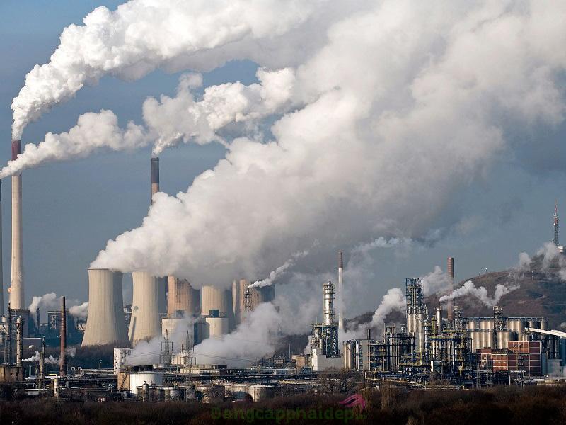Không khí ô nhiễm, bụi bẩn tích tụ sâu lỗ chân lông gây bít tắc sinh mụn