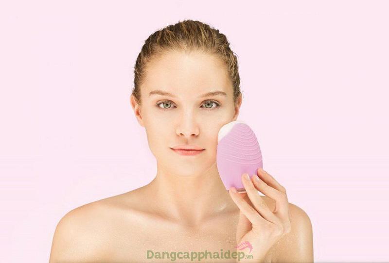 Chọn dùng máy rửa mặt là khoản đầu tư có lợi để chăm sóc và làm sạch da tối ưu
