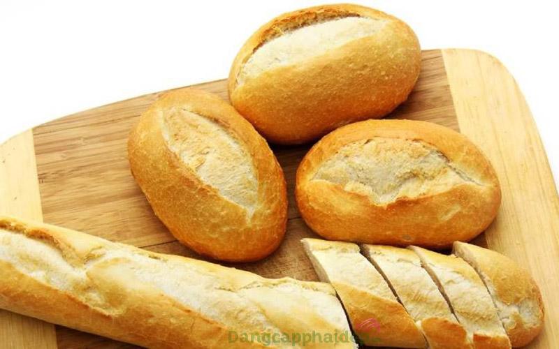 Bánh mì thường được chế biến với 2 nguyên liệu chính là nước và bột mì hoặc ngũ cốc.
