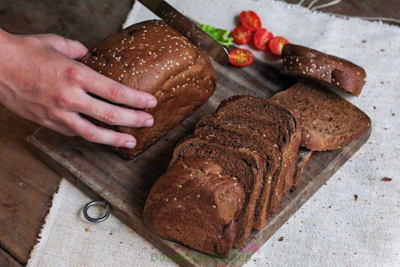 Ăn bánh mì có tăng cân không? Ăn bánh mì đen sẽ hỗ trợ giảm cân rất tốt.
