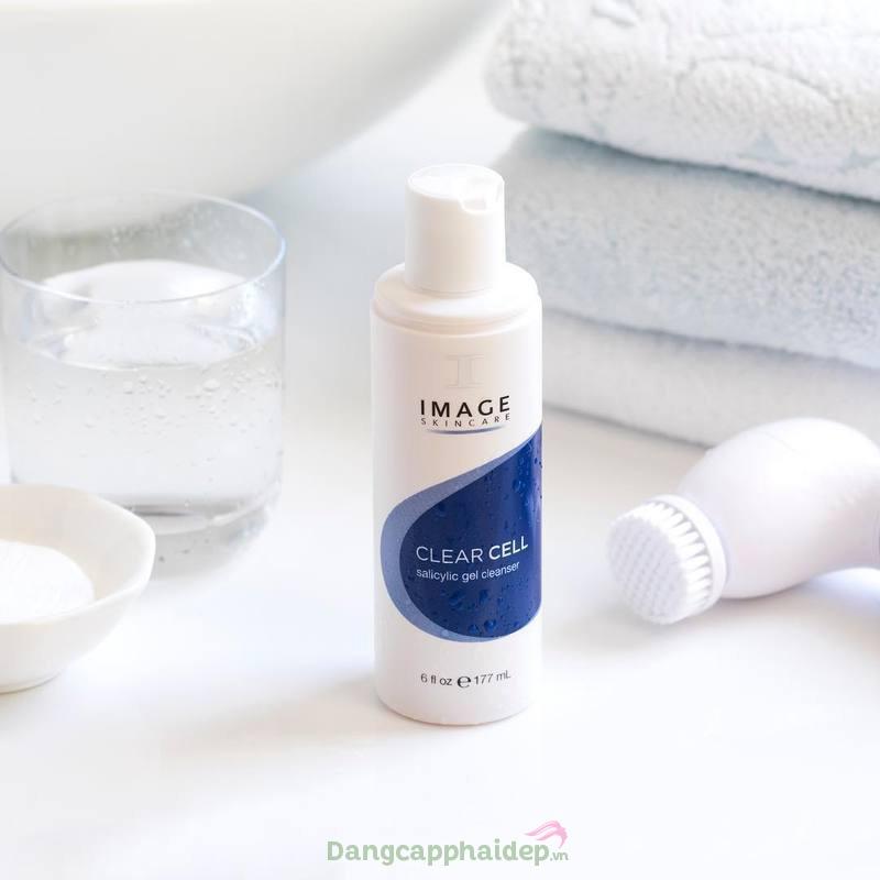 Sữa rửa mặt Image Clear Cell Salicylic Gel Cleanser chứa đến 5% salicylic acid và tinh chất trà xanh giúp làm sạch, kháng viêm và tiêu diệt ổ mụn hiệu quả.