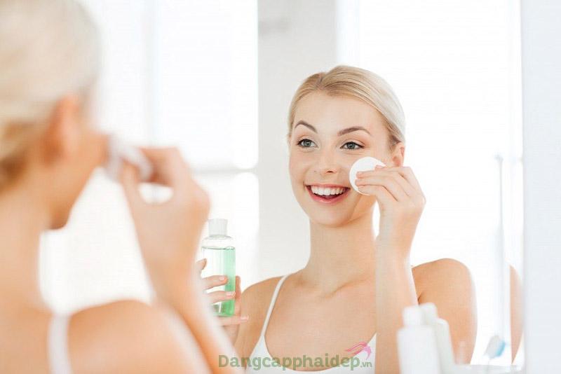 Sử dụng toner là bước skincare cho da hỗn hợp cần duy trì mỗi ngày