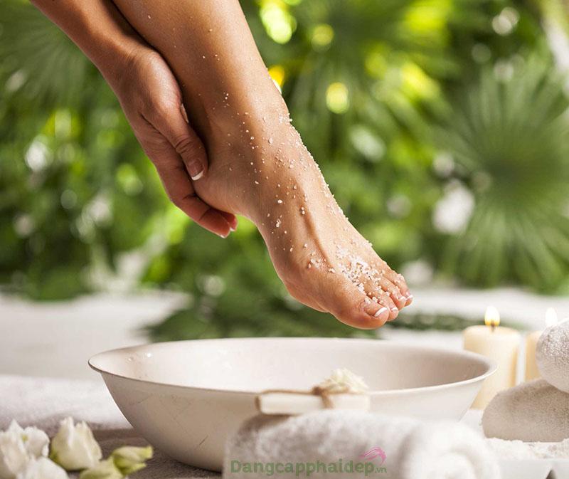 Không tẩy da chết, làm sạch chân về lâu dài gót chân dễ bị nứt nẻ.