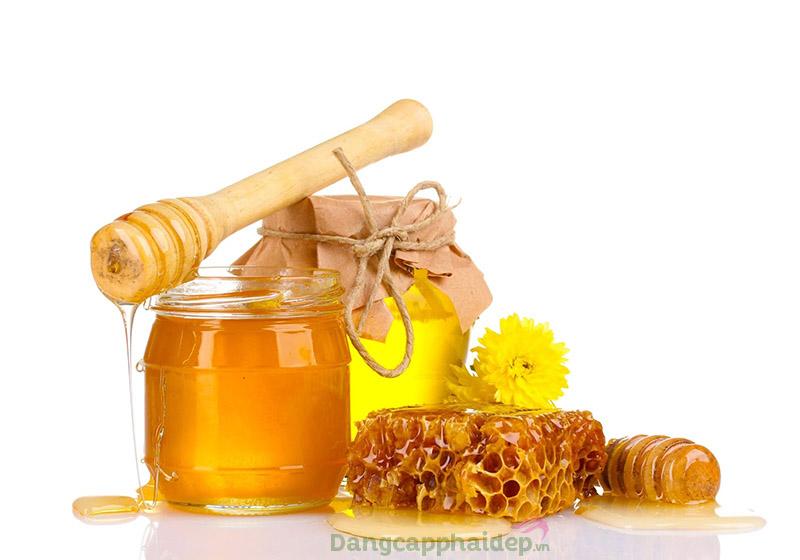 Mật ong giúp cải thiện gót chân nứt nẻ.