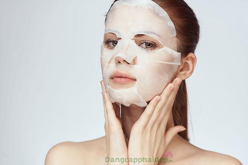 Đắp mặt nạ hỗ trợ điều trị một số vấn đề về da.