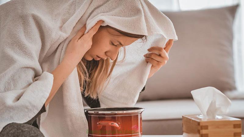 Nhiệt độ nước nóng vừa đủ và để cách mặt 10-15 cm để an toàn cho da.