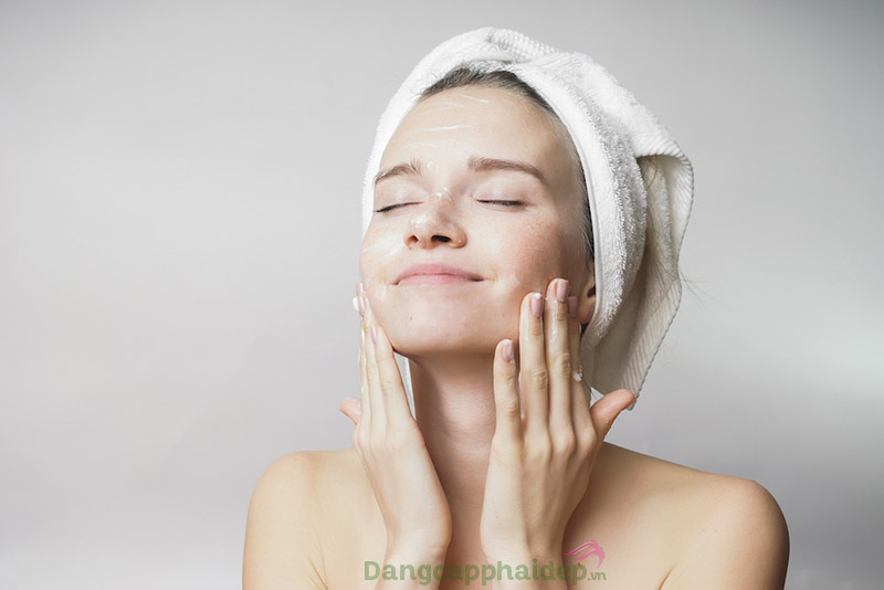 Tẩy trang làm sạch da hiệu quả với dầu cám gạo