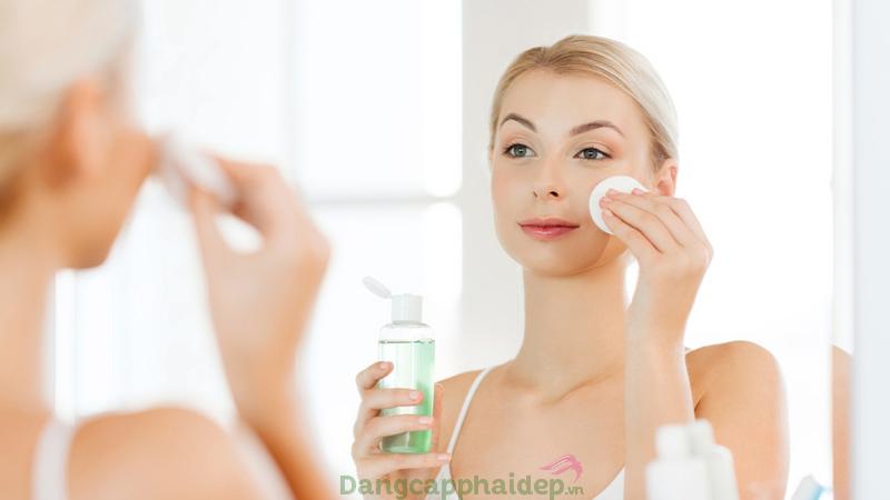 Làm sạch da không kỹ khiến bụi bẩn, dầu thừa ứ đọng lỗ chân lông gây bít tắt khiến da tiết dầu.