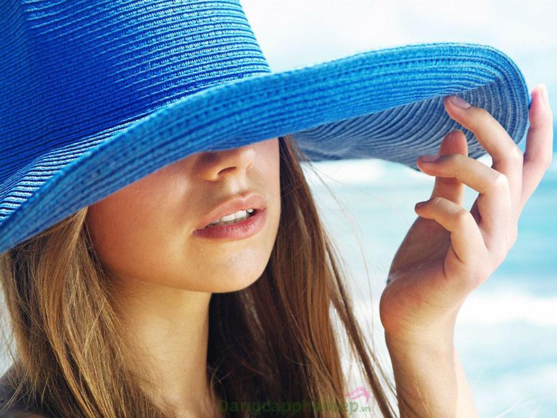 Bảo vệ da trước tác động ánh nắng để hạn chế tối đa làn da khô.