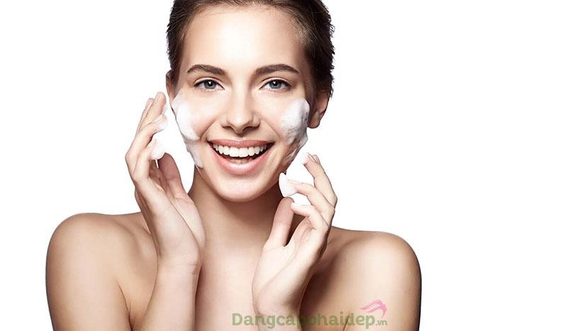 Nên lựa chọn sữa rửa mặt dịu nhẹ phù hợp cho da khô để làm sạch da hiệu quả.