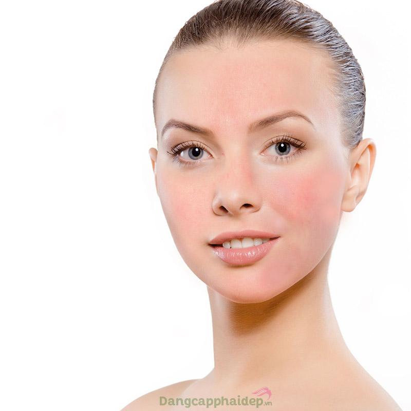 Da ửng đỏ, châm chích hay khô ngứa là biểu hiện của làn da nhạy cảm.