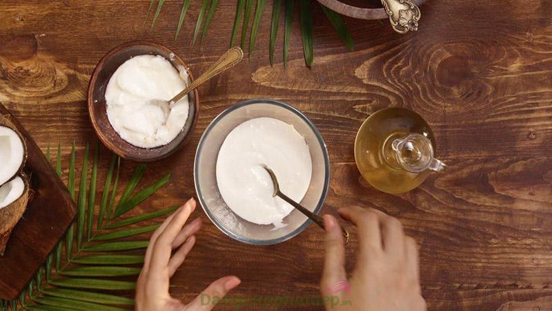 Dưỡng môi với dầu dừa và sữa chua không đường.