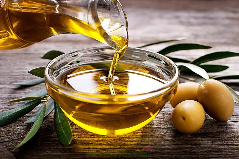 Dầu oliu có màu vàng sánh đặc trưng.