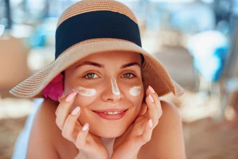 Chọn kem dưỡng da có thành phần chống nắng để bảo vệ da mụn tối ưu.