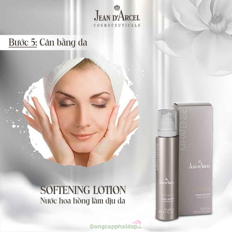 Sản phẩm không chứa cồn, chiết xuất thiên nhiên phù hợp với mọi loại da kể cả da nhạy cảm.