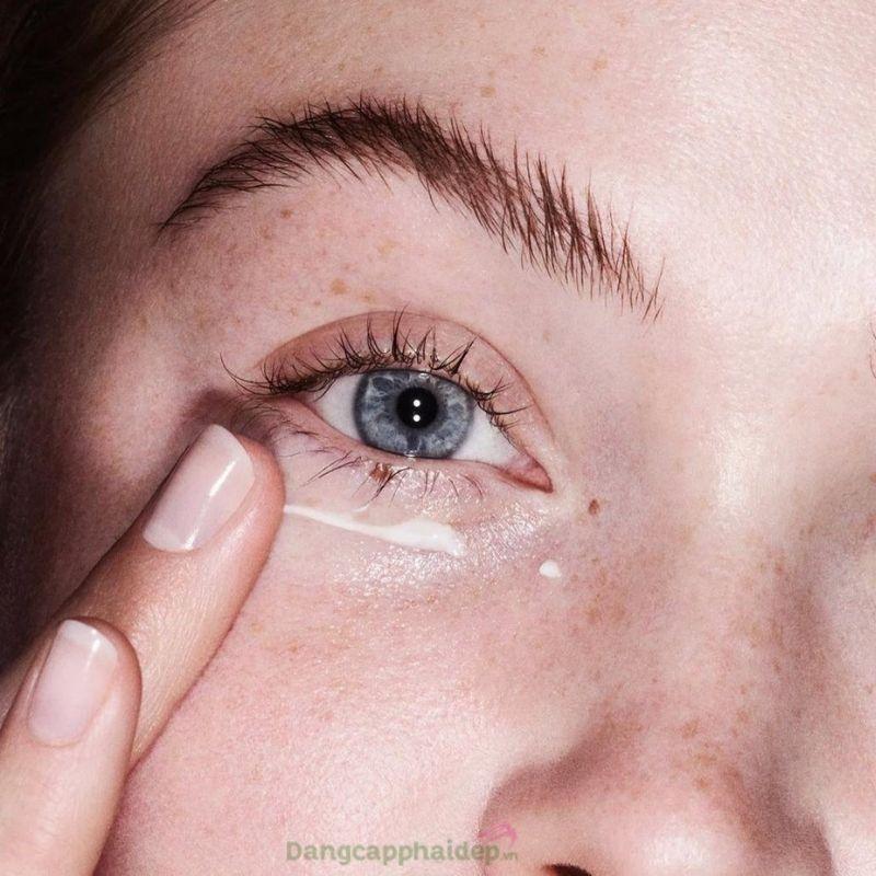 Bôi kem dưỡng mắt 2 lần sáng và tối để tối ưu hiệu quả sử dụng.